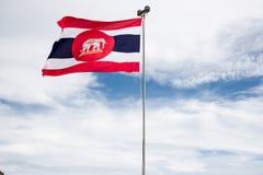 Den elefantThailand flaggan och blå himmel är bakgrund arkivfoto