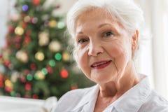 Den eleganta äldre kvinnan uttrycker positiveness arkivbilder