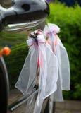 Den eleganta bilen för en bröllopberöm arkivfoto