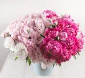 Den eleganta buketten av många pioner av rosa färger färgar tätt upp Härlig blomma för någon ferie Massor av nätt och arkivbild