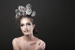 Den eleganta flickan i kransen för det nya året av sörjer kottar Royaltyfri Fotografi
