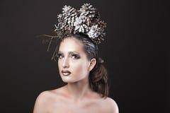 Den eleganta flickan i kransen för det nya året av sörjer kottar Royaltyfria Foton