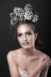 Den eleganta flickan i kransen för det nya året av sörjer kottar Royaltyfri Bild