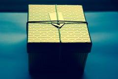 Den eleganta guld- asken för gåvor Royaltyfri Foto