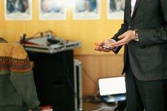 Den eleganta högtalareföreläsaren räcker den hållande markören och coachning på bu arkivbilder