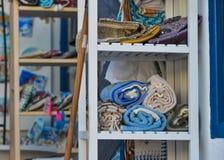 Den eleganta halsduken som är till salu på modeet, shoppar arkivbild