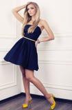 Den eleganta modellen med blont hår i blått klär Arkivfoto