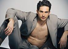 Den eleganta muskulösa mannen i mode poserar arkivfoton