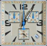 Klocka som kvadrera vänder mot av tid royaltyfria foton