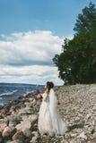 Den eleganta och trendiga flickan för den brunettplus-formatet modellen i det stilfullt snör åt bröllopsklänningen med den stilfu royaltyfri foto