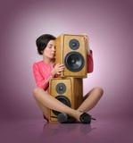 Den eleganta unga sexiga kvinnan kopplar av musik royaltyfri foto