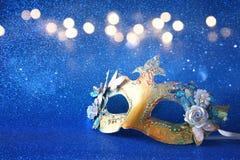 den eleganta venetian maskeringen på blått blänker bakgrund Royaltyfria Bilder