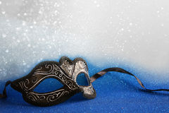 den eleganta venetian maskeringen på blått blänker bakgrund Royaltyfri Bild