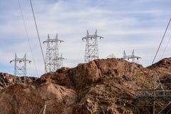 Den elektriska överföringen står högt i landskap Royaltyfri Bild