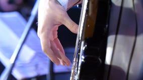 den elektriska gitarrgitarristhanden isolerade mannen som leker white för sex rad GitarristMan hand och sex-rad elektrisk gitarr  Arkivfoto