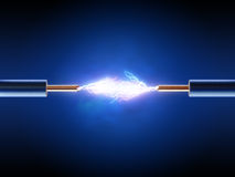 Den elektriska gnistan mellan två isolerade koppartrådar Fotografering för Bildbyråer