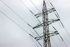 den elektriska höga linjen towers spänning 1 bakgrund clouds den molniga skyen Arkivfoto