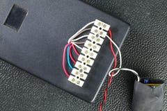 Den elektriska kontrollasken med elektrisk tråd föreställer elkraften e Royaltyfria Foton