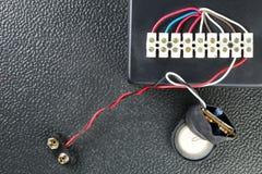 Den elektriska kontrollasken med elektrisk tråd föreställer elkraften e Royaltyfri Bild