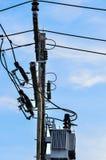Den elektriska polen förbinder till de elektriska trådarna för hög spänning Arkivbild