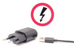 Den elektriska proppen och kabel med hög spänningsfara undertecknar Royaltyfri Foto