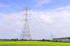 Den elektriska pylonen i risfältet Royaltyfri Fotografi