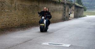 Den elektriska sparkcykeln med tjockt rullar in staden motorcyclist Arkivbild