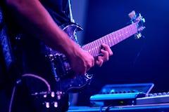 Den elektriska spelaren för gitarr av peformancen för Viento smed (musikband) på Barcelona Accio musikalisk (BAM) La Merce Festiv Arkivfoton