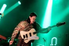 Den elektriska spelaren för gitarren av djungeln (modern andamusikband) utför på det Primavera ljudet 2015 Arkivfoton