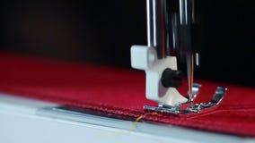 Den elektriska symaskinen broderar på tyg Sömnadvisare som syr på tyg lager videofilmer