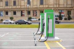 Den elektriska uppladdningsstationen för elektriska medel En elbiluppladdning Arkivbilder