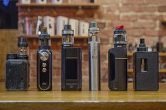 Den elektroniska cigaretten p? en bakgrund av vape shoppar arkivfoton