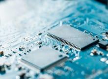 Den elektroniska datoren går runt stiger ombord bakgrund Fotografering för Bildbyråer