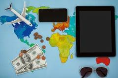Den elektroniska grejer, solglasögon, dollaren och flygplanet modellerar Arkivfoto
