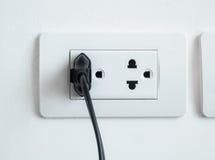 Den elektroniska maktproppen pluggade in en vägghålighet Royaltyfria Foton
