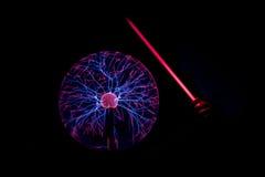 Den elektrostatiska plasmasfären i mörkret Arkivbilder