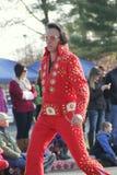 Den Elvis impersonatoren som arbetar hans väg till och med den årliga ferien, ståtar, Glens Falls, New York, 2014 Arkivbilder