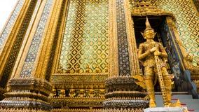 Den Emerald Buddha templet (Wat phrakaew) och kunglig storslagen slott Royaltyfri Foto