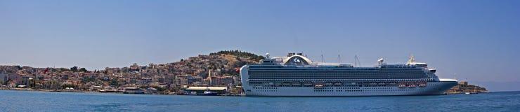 Den Emerald Princess delen av flottan för prinsessan Cruises anslöt i Kusadasi Turkiet Arkivfoto