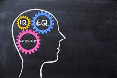Den emotionella kvoten och intelligenskvoten EQ och IQbegreppet med den mänskliga hjärnan formar och kugghjul arkivbild