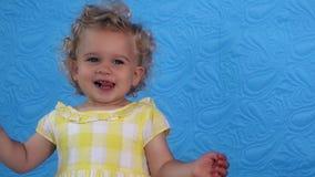 Den emotionella litet barnflickalek-handlingen ler tillgjort se kameran arkivfilmer