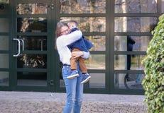 Den emotionella tweenflickan som rymmer och kramar hennes litet, behandla som ett barn broderdet fria arkivfoto