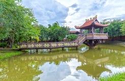 Den en pelarpagoden in länge, Vietnam royaltyfria foton