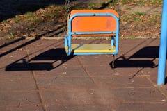 Den en tomma gungan för barn i parkera Arkivfoton