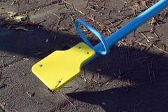 Den en tomma gungbrädet för barn i parkera Arkivbilder