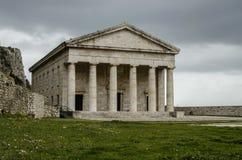 Grekkyrkan i den corfu staden med doric utformar Royaltyfria Bilder