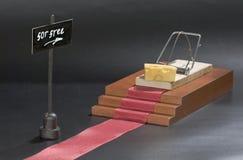 Den enda fria osten är i råttfällan: råttfälla med osttillfångatagandebegrepp och fritt tecken på den isolerade svarta bakgrunden Arkivbild