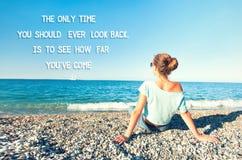 Den enda tiden som du bör se tillbaka, är att se hur långt du ` ve kommer arkivbild