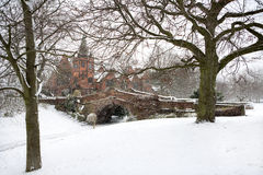 Den engelska byn överbryggar i vintersnow Royaltyfria Foton