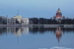 Den engelska invallningen, St. Isaac Cathedral, St Petersburg, Ryssland Arkivfoto
